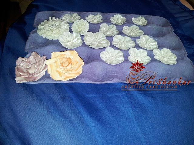 Open Roses and Flowers in Satin look