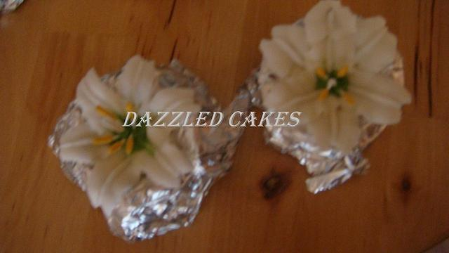 Edible decorations and flowers