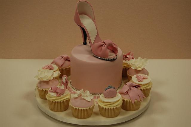 Sugar Shoe and matching cupcakes