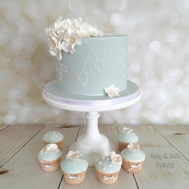 Blue blooms design and matching cupcakes
