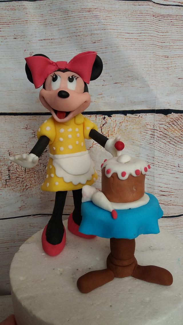 minnie mouse making cake...