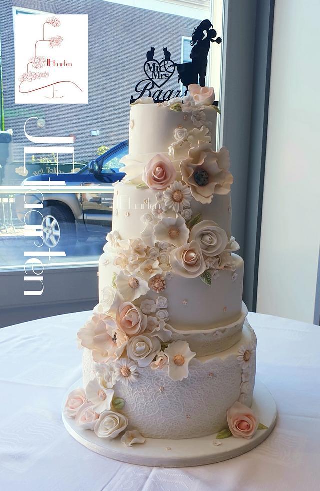 Beautiful pink and white weddingcake