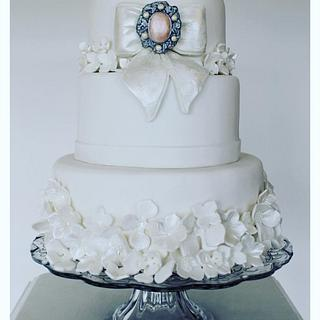 Bow's n Brooch Wedding Cake