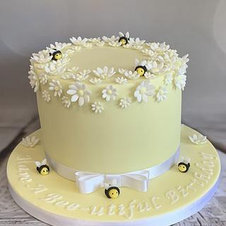 Pretty 'bee' cake  - Cake by Roberta