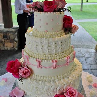 Wedding cake Pink and romantic buttercream
