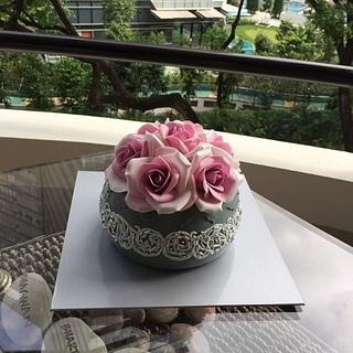 Roses in a vase - Cake by Couture cakes by Olga
