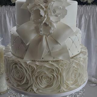 White wedding - Cake by Paul Delaney of Delaneys cakes