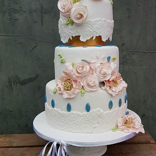 Vintage weddingcake with pink flowers and lace