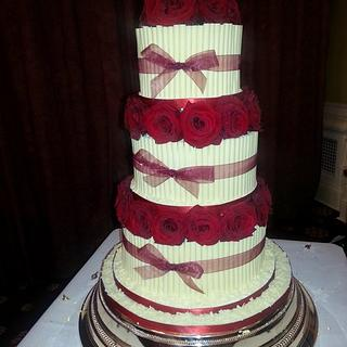 Cigarello tiered cake with fresh roses