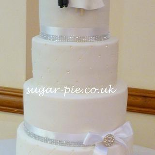 Diamante brooch wedding cake.