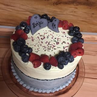 Cream cake with berries