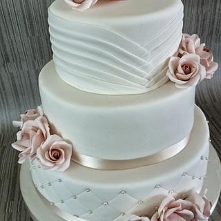 Round weddingcake with sugar roses