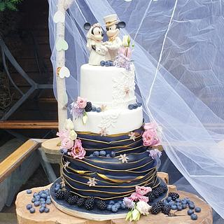 weddingcake with blak ruffles and white lace