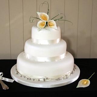 Simple wedding cake with sugar lilies