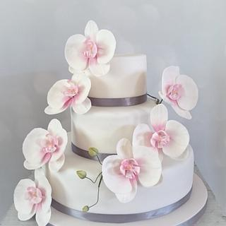 Weddingcake with pink orchids