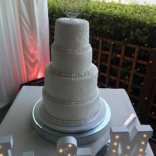 simple and sleek wedding cake
