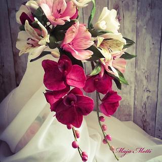Sugar flowers on the wedding cake - Cake by Maja Motti