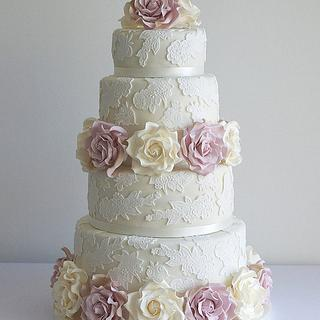 Lace wedding cake with cream & amnesia roses