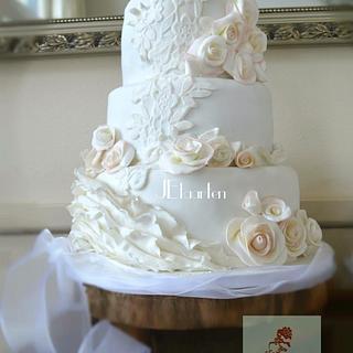 Lovely lace and roses weddingcake