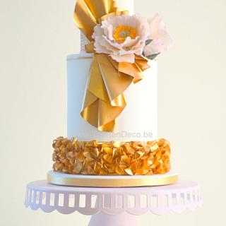 Gold cake with peony