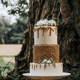 Golden drip cake - Cake by Clara da Cruz