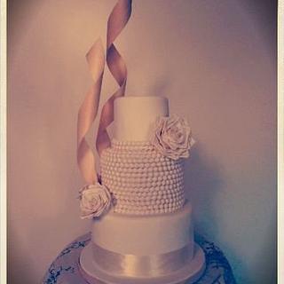 Pearls&Roses Wedding Cake