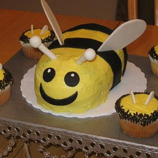 Bee Mini Cake with Matching Cupcakes