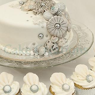 Vintage Brooch Wedding Cake & Cupcakes