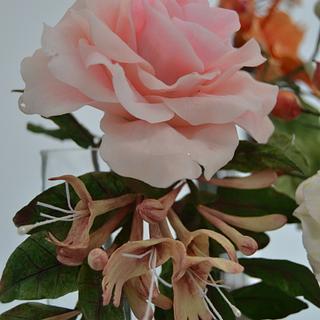pale pink rose and honeysuckle(lonicera) - Cake by Catalina Anghel azúcar'arte