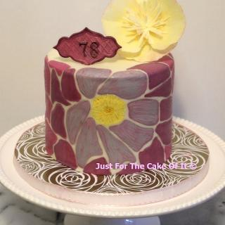 Graphic floral print cake
