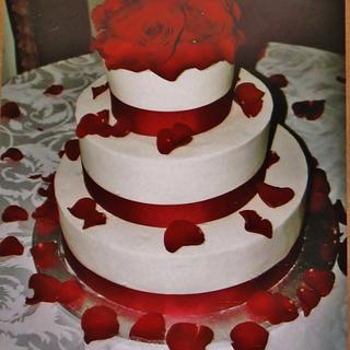 Round buttercream red rose cake