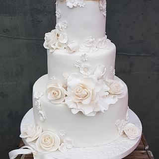 all off-white weddingcake with roses