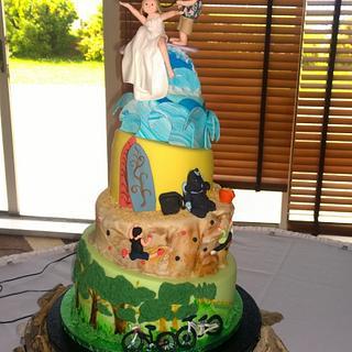 Outdoors wedding cake