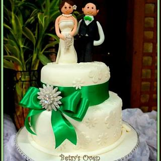 Silver and emerald green cake for an intimate wedding