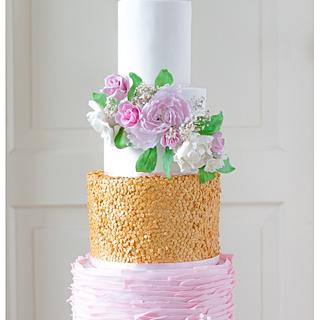 Golden sequins, pink ruffels and a lot of sugarflowers.