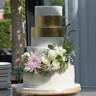 Wedding cake - Fresh flowers and edible gold - Cake by Cakes for Fun_by LaLuub