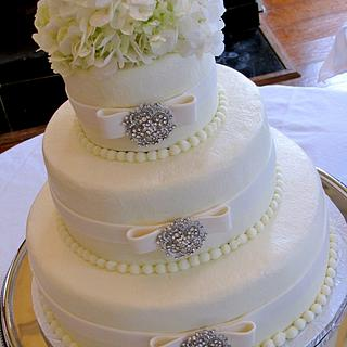 Bows and Brooches Wedding Cake