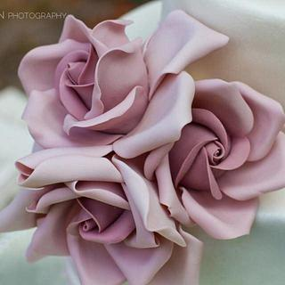 Large Mauve Sugar Roses (on a chic and simple cake)