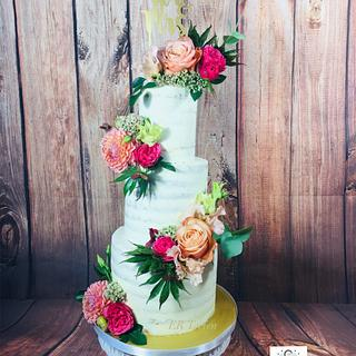 Seminakedcake with fresh flowers