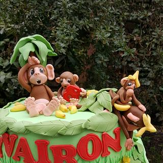 Cake with monkeys