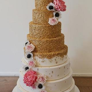 Huge gold cake with sugar flowers - Cake by Liselotte (Taartje van Lot)