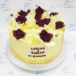 Cake with white chocolate decoration