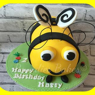 Buzzy bee - Cake by Poundies Bakes
