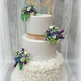 Weddingcake wild flowers and ruffles