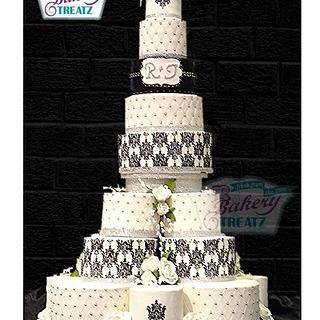 Royal Stencil balck and white cake