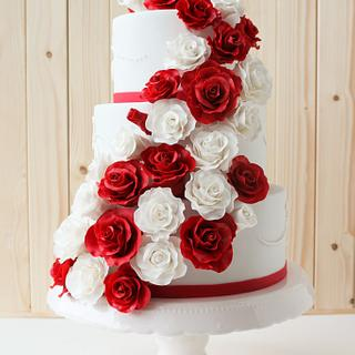 A wedding cake full of sugarroses