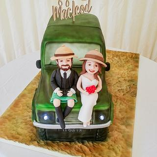 Safari jeep wedding cake