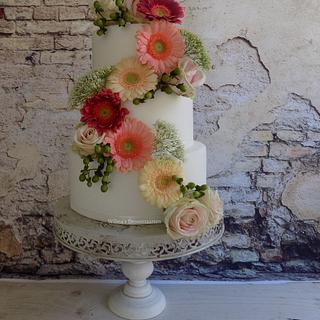 Weddingcake with real flowers