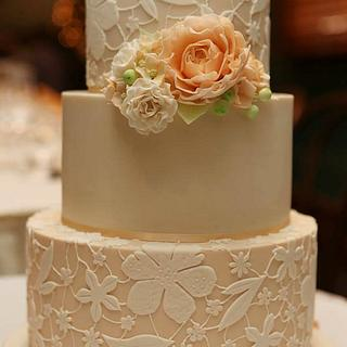 Lace wedding cake with sugar flowers - Cake by Rachel