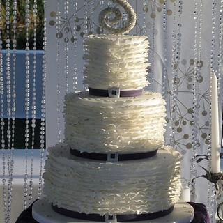 white ruffle with gold and silver sparkle - Cake by sking